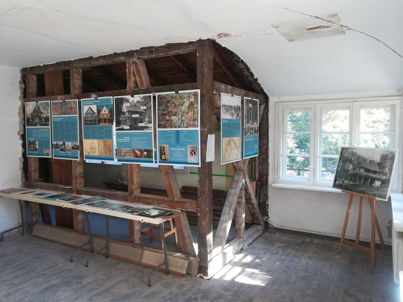 Ansicht auf die Ausstellungstafeln des letzten Events.