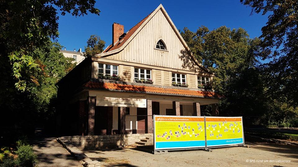 Haus mit Baustellen-Banner
